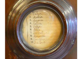 Pianoforte verticale a carica inizio 1900. Elenco dei dieci brani eseguibili dallo strumento.