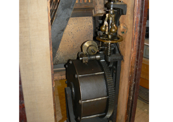 Pianoforte verticale a carica inizio 1900. Particolare interno della molla di carica.del meccanismo.