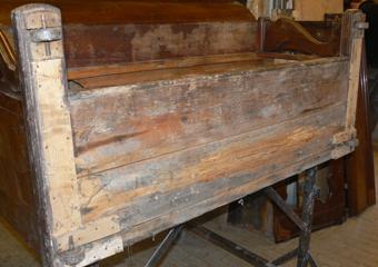 Pianoforte verticale a carica inizio 1900. Precarie condizioni del fondo dove il legno è molto indebolito dell'attacco di tarlo e muffe..