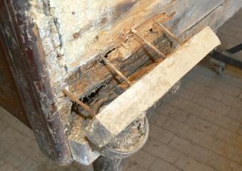 Pianoforte verticale a carica inizio 1900. Particolare dei sostegni in legno molto indeboliti.