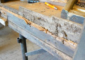 Pianoforte verticale a carica inizio 1900. Rimozione di buona parte del fondo per permettere le riparazioni necessarie.
