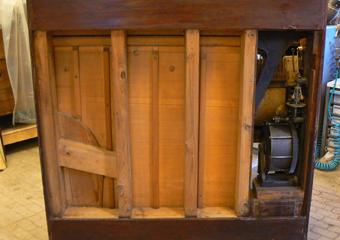 Pianoforte verticale a carica inizio 1900. Prima della chiusura del pannello con tessuto originale sul retro, la parti sono pulite e trattate..