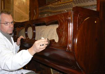 Pianoforte meccanico a carica inizio 1900. Lucidatura a gommalacca applicata con la tecnica del tampone.