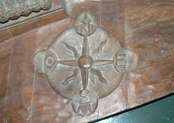 Plastico di Bergamo Alta in legno del 1934. Prima del restauro, rosa dei venti scolpita.