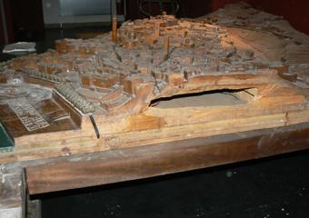 Plastico di Bergamo Alta in legno del 1934. Prima del restauro, divisione dei tre elementi scolpiti.