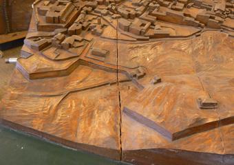 """Plastico di Bergamo Alta in legno del 1934. Prima del restauro, fenditura presente zona """"Porta S. Lorenzo""""."""