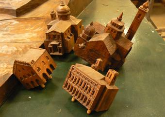 Plastico di Bergamo Alta in legno del 1934. Gli edifici principali e finemente scolpiti sono removibili dal plastico.