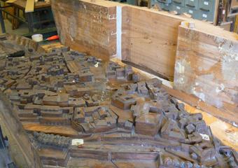 Plastico di Bergamo Alta in legno del 1934. Corpo centrale del plastico separato nelle giunture delle tavole a causa della perdita del potere coesivo del collante.