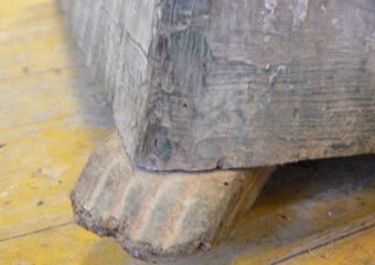 Porta cero neoclassico policromo. Prima del restauro, l'unico piede originale rimasto, anch'esso deteriorato.