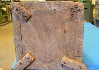 Porta cero neoclassico policromo. Prima del restauro, base a contatto del pavimento.