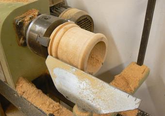 Porta cero neoclassico policromo. Lavorazione a tornio della parte superiore mancante, realizzata in legno di acero.