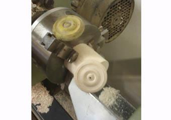 Porta cero neoclassico policromo. Lavorazione a tornio della borchia mancante nel plinto di base.