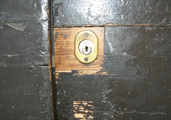 Portone 600' in larice. Prima del restauro, particolare della piccola porta.