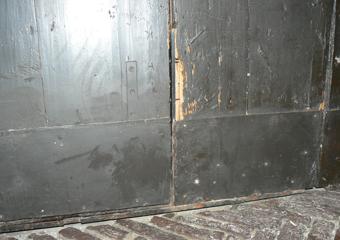Portone 600' in larice. Prima del restauro, particolare del lato interno.