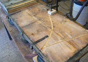 Portone 600' in larice. Scanalatura eseguita tra i due strati di legno della portine predisposti ad accogliere fili della serratura.