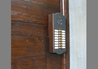 Portone 600' in larice. Particolare del rivestimento perimetrale del citofono con dell' antico legno di larice.