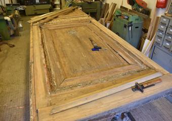 Portone 700'. Rimozione delle cornici perimetrali per liberare il pannello per le riparazioni.