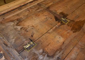 Portone 700'. Piastre di tenuta in metallo tra i due strati di tavole del portone.