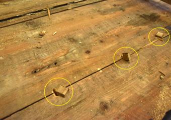 Portone 700'. Asole di tenuta con spine in legno tra gli strati di tavole del portone.