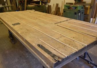 Portone 700'. Fasi di riparazioni sul dietro del grande battente con inserimenti di legno nelle fenditure tra le tavole in sostituzione alle stuccature..