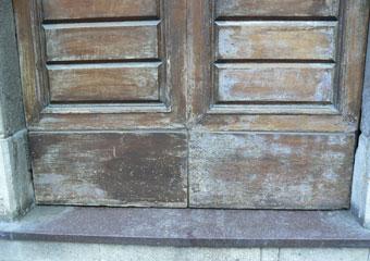 Portone in noce 1600, Prima del restauro, particolare del degrado alla base