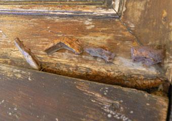Portone in noce 1600, Durante il restauro, rimozione di integrazioni di parti mancanti eseguite con stucco.