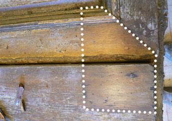 Portone in noce 1600, Durante il restauro, prove di politura sul fronte del portone.