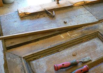 Portone in noce 1600, Integrazioni dei parti mancanti in legno di noce nelle parti da prima chiuse con stucco non idoneo.