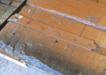 Portone in noce 1600, Verifica e corretto bloccaggio dei cardini in ferro sul portone.