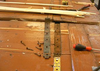 Portone in noce 1600, Riparazioni all'interno delle porte, inserendo nelle fenditure listelli di legno.