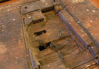 Portone in noce 1600, All'interno del portone un compensato nascondeva le sedi delle due antiche serrature ora mancanti.