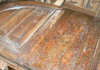 Portone in noce 1600, Rimozione dalla superficie dalle numerose e tenaci stesure di vernici applicate negli anni.