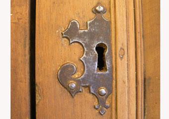 Portone in noce 1600, Fase di pulitura terminata, particolare della bocchetta della chiave originale del 600'