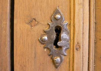 Portone in noce 1600, Fase di pulitura terminata, particolare della bocchetta della chiave di un periodo successivo.