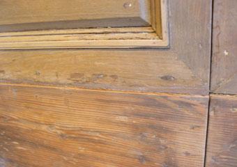 Portone in noce 1600, La fase di lavorazione ha confermato la sostituzione dello zoccolo di base in  abete, legno non idoneo al manufatto.