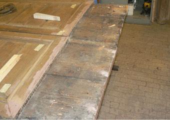 Portone in noce 1600, Particolare della parte inferiore delle due porte pronte ad accogliere con la stessa forma in legno di noce.