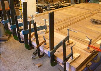 Portone in noce 1600, Posizionamento del nuovo zoccolo di base in legno di noce.