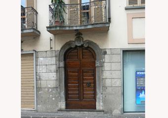 Portone in noce 1600, Finito e collocato nelle sue sedi con vista della facciata.