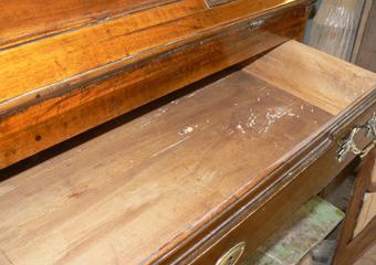Ribalta Luigi XVI in noce area lombarda.Prima del restauro, interno dei cassetti.