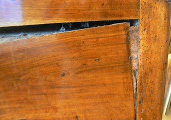 Ribalta Luigi XVI in noce area lombarda. Durante il restauro, smontaggio dei fianchi del mobile per avvicinare ed incollare le fenditure presenti.