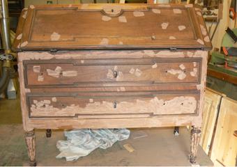 Ribalta Luigi XVI in noce area lombarda. Stuccatura con gesso di bologna pigmentato di fori dei tarlo e piccole fenditure.