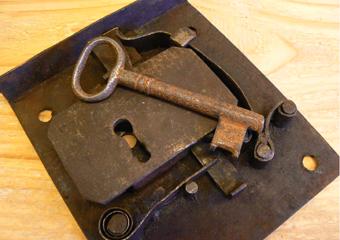 Ribalta Luigi XVI in noce area lombarda. Attivazione dell'originale serratura del calatoio con una vecchia chiave.
