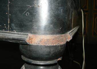 Tavolo in noce ebanizzato seconda parte del 1800. Piccola cornice mancante da integrare, nella superficie si distingue il legno di noce.