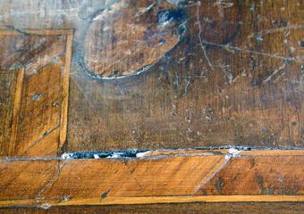 Comò Luigi XVI° lastronato. Durante il restauro, particolare dell'intarsio nel piano.