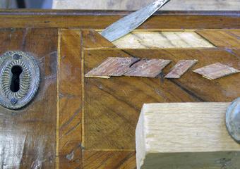 Comò Luigi XVI° lastronato. Durante il restauro, particolare del cassetto.