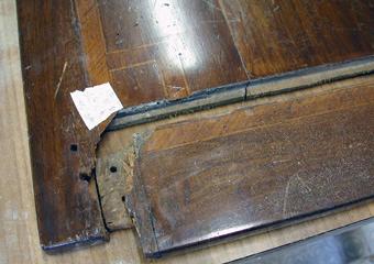 Comò Luigi XVI° lastronato. Durante il restauro, particolare del piano a telaio smontato.