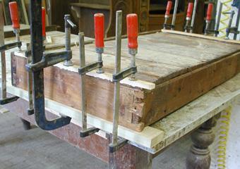 Consolle Impero. Durante il restauro, integrazione delle guide del cassetto consumate.