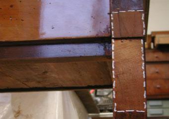 Consolle Impero. Durante il restauro, prova di pulitura, rimuovendo la lucidatura presente con mistura di solventi idonea.