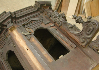 Parrocchia S. Faustino in Brembate. Durante il restauro corpo superiore, rimozione di elementi traballanti.