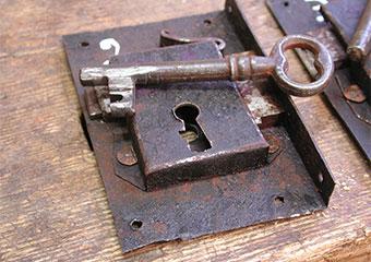 Parrocchia B.V. Annunziata in Ascensione di Costa Serina BG. Durante il restauro, serrature rimosse per l'attivazione con nuove chiavi.